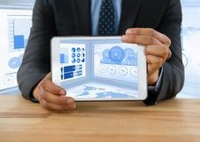 Επιχειρηματίας στο γραφείο με την ταμπλέτα και τις πληροφορίες στατιστικών Στοκ Εικόνες