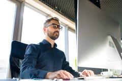 Επιχειρηματίας στο γραφείο με τον υπολογιστή στο γραφείο του Στοκ εικόνα με δικαίωμα ελεύθερης χρήσης