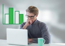 Επιχειρηματίας στο γραφείο με το lap-top και το ιστόγραμμα Στοκ εικόνα με δικαίωμα ελεύθερης χρήσης
