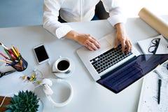 Επιχειρηματίας στο γραφείο με το lap-top στο γραφείο της Στοκ Εικόνα