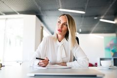Επιχειρηματίας στο γραφείο με το lap-top στο γραφείο της Στοκ φωτογραφία με δικαίωμα ελεύθερης χρήσης