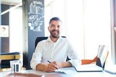 Επιχειρηματίας στο γραφείο με το lap-top στο γραφείο του Στοκ φωτογραφία με δικαίωμα ελεύθερης χρήσης