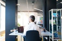 Επιχειρηματίας στο γραφείο με το lap-top στο γραφείο του Στοκ φωτογραφίες με δικαίωμα ελεύθερης χρήσης
