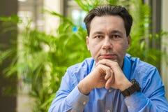 Επιχειρηματίας στο γραφείο, που διαβάζει τα κακά έκτακτα γεγονότα σε μια οικονομική εφημερίδα, είναι συγκλονισμένος και ρυθμίζοντ Στοκ εικόνες με δικαίωμα ελεύθερης χρήσης