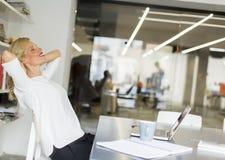 Επιχειρηματίας στο γραφείο που παίρνει ένα σπάσιμο και που κάνει έναν λαιμό exer Στοκ φωτογραφία με δικαίωμα ελεύθερης χρήσης