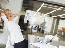 Επιχειρηματίας στο γραφείο που παίρνει ένα σπάσιμο και που κάνει έναν λαιμό exer Στοκ εικόνα με δικαίωμα ελεύθερης χρήσης