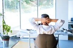 Επιχειρηματίας στο γραφείο στη στήριξη γραφείων του Στοκ φωτογραφία με δικαίωμα ελεύθερης χρήσης