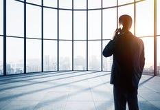 Επιχειρηματίας στο γραφείο σφαιρών Στοκ Εικόνες