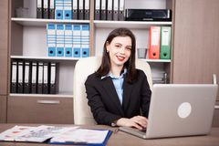 Επιχειρηματίας στο γραφείο της που λειτουργεί στο lap-top Στοκ φωτογραφία με δικαίωμα ελεύθερης χρήσης