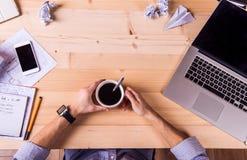 Επιχειρηματίας στο γραφείο, τις συσκευές γραφείων και τις προμήθειες Στοκ Εικόνες