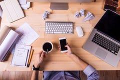 Επιχειρηματίας στο γραφείο, τις συσκευές γραφείων και τις προμήθειες Στοκ εικόνες με δικαίωμα ελεύθερης χρήσης