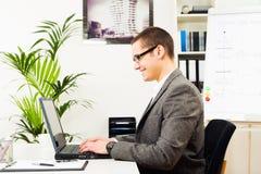 Επιχειρηματίας στο γραφείο του, εργασία Στοκ εικόνες με δικαίωμα ελεύθερης χρήσης