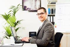 Επιχειρηματίας στο γραφείο του, εργασία Στοκ φωτογραφία με δικαίωμα ελεύθερης χρήσης