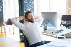 Επιχειρηματίας στο γραφείο στο γραφείο του που έχει ένα κενό Στοκ Εικόνες