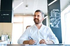 Επιχειρηματίας στο γραφείο στο γραφείο του Στοκ φωτογραφίες με δικαίωμα ελεύθερης χρήσης