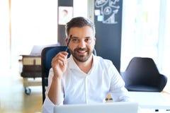 Επιχειρηματίας στο γραφείο στο γραφείο του Στοκ εικόνες με δικαίωμα ελεύθερης χρήσης