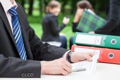 Επιχειρηματίας στο γραφείο στοκ φωτογραφία με δικαίωμα ελεύθερης χρήσης
