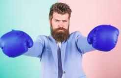 Επιχειρηματίας στο επίσημο κοστούμι έτοιμο να επιτεθεί ή να υπερασπίσει Ισχυρός και ισχυρός Επιχείρηση ως πάλη στο χώρο οικονομικ στοκ φωτογραφία με δικαίωμα ελεύθερης χρήσης