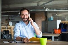 Επιχειρηματίας στο εσωτερικό γραφείων Στοκ Φωτογραφία