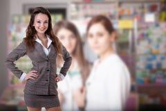 Επιχειρηματίας στο θολωμένο υπόβαθρο με δύο άλλες γυναίκες στοκ φωτογραφία