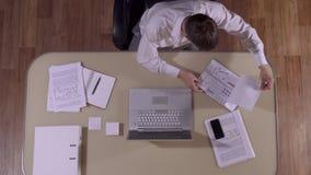 Επιχειρηματίας στο ιδιαίτερο γραφείο του που προετοιμάζεται για τη συνεδρίαση απόθεμα βίντεο