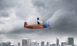 Επιχειρηματίας στο καπέλο και τα προστατευτικά δίοπτρα αεροπόρων στοκ εικόνα με δικαίωμα ελεύθερης χρήσης