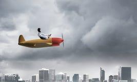 Επιχειρηματίας στο καπέλο και τα προστατευτικά δίοπτρα αεροπόρων στοκ εικόνες με δικαίωμα ελεύθερης χρήσης
