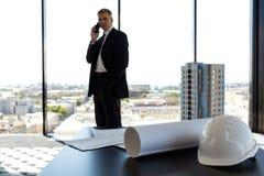 Επιχειρηματίας στο κατασκευαστικό γραφείο Στοκ εικόνα με δικαίωμα ελεύθερης χρήσης