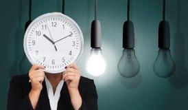 Επιχειρηματίας στο κοστούμι που κρατά ένα ρολόι Στοκ φωτογραφία με δικαίωμα ελεύθερης χρήσης