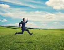 Επιχειρηματίας στο κοστούμι που τρέχει γρήγορα σε υπαίθριο Στοκ φωτογραφία με δικαίωμα ελεύθερης χρήσης