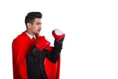Επιχειρηματίας στο κόκκινο ακρωτήριο υπερανθρώπων και τα εγκιβωτίζοντας γάντια Στοκ εικόνα με δικαίωμα ελεύθερης χρήσης