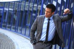 Επιχειρηματίας στο μέτωπο κοντά στο κτήριο εμπορικών κέντρων, γκρίζο κοστούμι Στοκ φωτογραφία με δικαίωμα ελεύθερης χρήσης