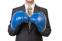 Επιχειρηματίας στο μαύρο κοστούμι με τα εγκιβωτίζοντας γάντια Στοκ εικόνα με δικαίωμα ελεύθερης χρήσης
