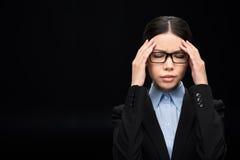 Επιχειρηματίας στο μαύρο κοστούμι με τον πονοκέφαλο που απομονώνεται στο Μαύρο Στοκ Εικόνα