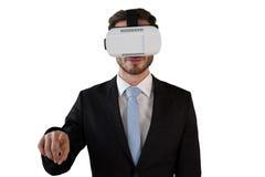 Επιχειρηματίας στο μαύρο κοστούμι που φορά vr τα γυαλιά Στοκ Εικόνες
