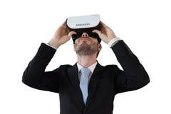 Επιχειρηματίας στο μαύρο κοστούμι που χρησιμοποιεί vr τα γυαλιά Στοκ Εικόνες