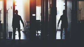 Επιχειρηματίας στο ξίφος katana εκμετάλλευσης γραφείων Στοκ φωτογραφία με δικαίωμα ελεύθερης χρήσης