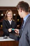 Επιχειρηματίας στο ξενοδοχείο στην υποδοχή Στοκ Εικόνες