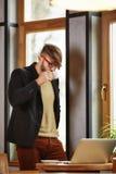 Επιχειρηματίας στο πουκάμισο, καφές κατανάλωσης στον καφέ Στοκ Φωτογραφία