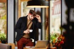 Επιχειρηματίας στο πουκάμισο, καφές κατανάλωσης στον καφέ Στοκ Εικόνες
