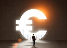 Επιχειρηματίας στο σκοτεινό κοστούμι μπροστά από το ευρο- σύμβολο Στοκ εικόνες με δικαίωμα ελεύθερης χρήσης