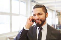 Επιχειρηματίας στο τηλέφωνο με το smartphone Στοκ Εικόνες