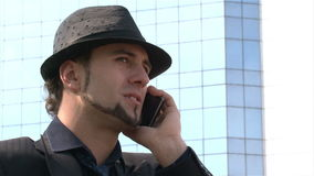 Επιχειρηματίας στο τηλέφωνο σε ένα πάρκο φιλμ μικρού μήκους