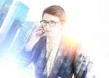 Επιχειρηματίας στο τηλέφωνο σε μια μπλε πόλη Στοκ Εικόνες