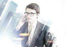 Επιχειρηματίας στο τηλέφωνο σε μια πόλη Στοκ φωτογραφία με δικαίωμα ελεύθερης χρήσης