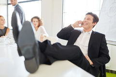 Επιχειρηματίας στο τηλέφωνο στη συνεδρίαση Στοκ Εικόνες