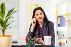 Επιχειρηματίας στο τηλέφωνο στο γραφείο της Στοκ φωτογραφία με δικαίωμα ελεύθερης χρήσης