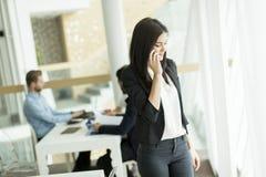 Επιχειρηματίας στο τηλέφωνο στο γραφείο Στοκ εικόνα με δικαίωμα ελεύθερης χρήσης