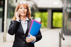 Επιχειρηματίας στο τηλέφωνο υπαίθρια Στοκ εικόνα με δικαίωμα ελεύθερης χρήσης