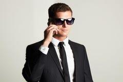 Επιχειρηματίας στο τηλέφωνο όμορφο άτομο στο κοστούμι και τα γυαλιά ηλίου Στοκ φωτογραφίες με δικαίωμα ελεύθερης χρήσης
